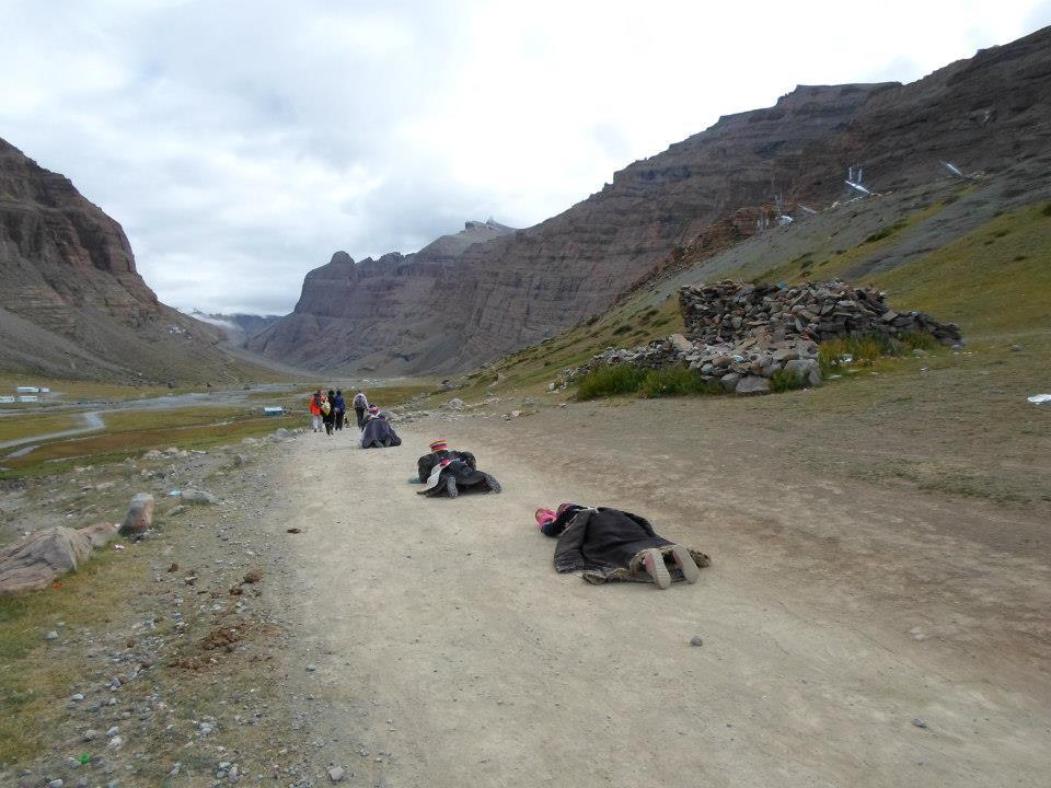 Многие тибетцы не идут пешком, а на протяжении всей коры совершают простирания