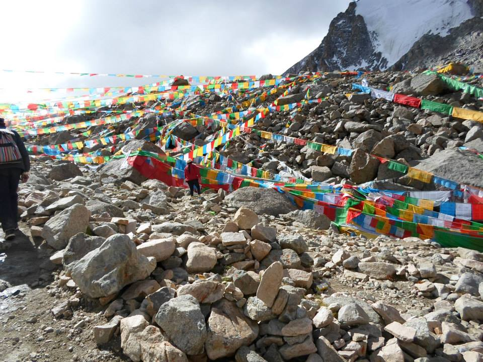 Ты смотришь на перевал – там все увешано молитвенными флажками – и кажется, что не дойдешь туда никогда.