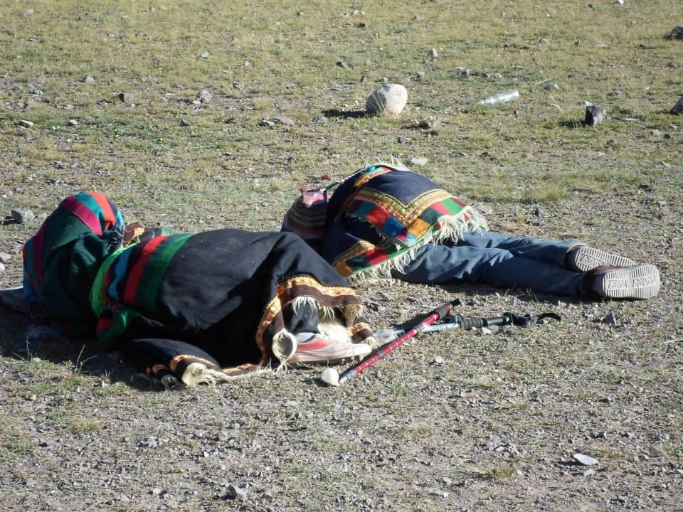 Уставая, они укладываются поспать прямо тут же возле дороги. Едят то, что подают другие паломники.
