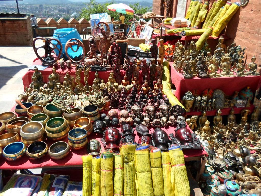 Тибетские чаши, молитвенные флажки и прочие сокровища древней столицы.