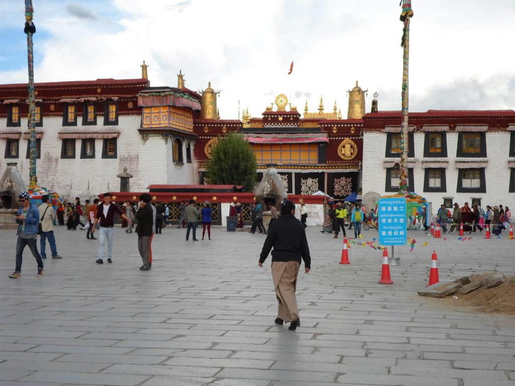 немногочисленные сохранившиеся храмовые тибетские сооружения теряются среди современных многоэтажек.
