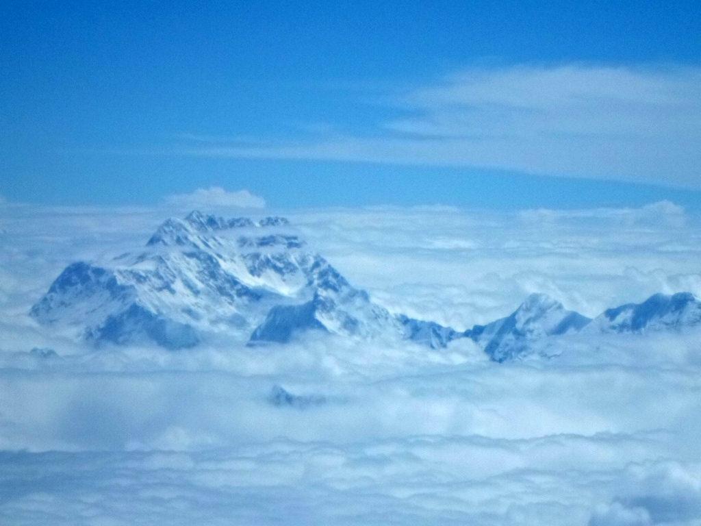 Перелет из Лхасы в Катманду замечателен тем, что из иллюминатора виден Эверест.