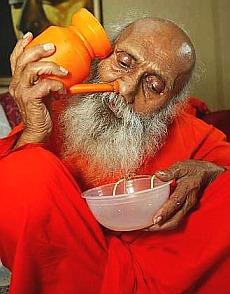 Знаменитый йогин Свами Йогананда Баба демонстрирует джала-нети.