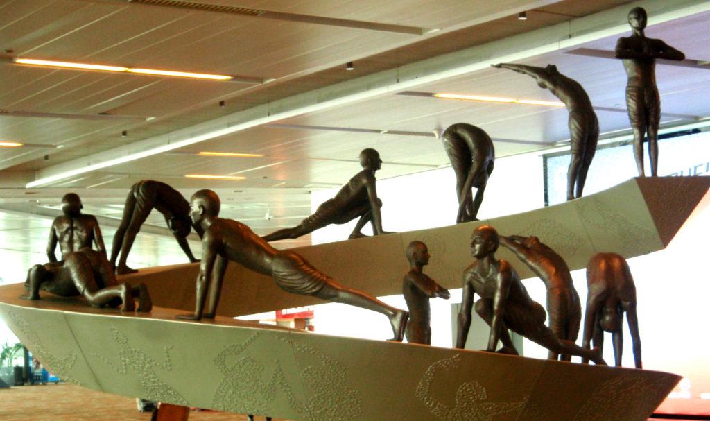 Сурья Намаскар - скульптурная композиция в аэропорту Дели.