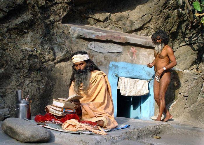 Джняна-йога (или гьяна-йога) подразумевает  изучение священных текстов.