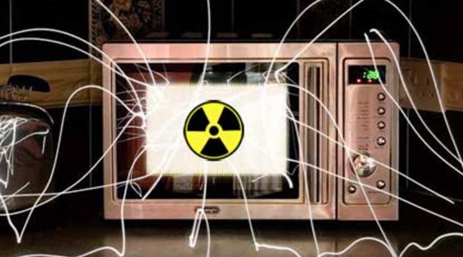 Микроволновое излучение не является ионизирующим, т. е. радиоактивным, следовательно, как только оно прекращается, никакой энергии уже и не остается.