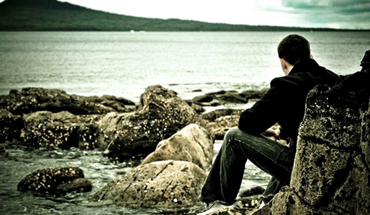 Когда наступает прозрение, оказывается, что дети давно выросли и живут собственной жизнью, родителей уже нет, а со старыми друзьями не о чем говорить.