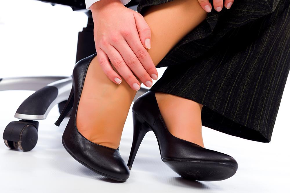Из-за того, что мы ходим преимущественно по гладким поверхностям (по асфальту), практически никогда не ходим босиком и, в угоду моде (шпильки, каблуки, зауженные носки туфель) носим неудобную и нефункциональную обувь, .