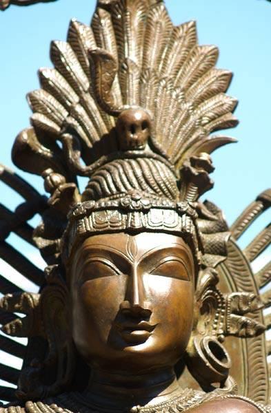 Бесстрастное выражение лица демонстрирует нейтралитет, отрешенность, вечную дхьяну.