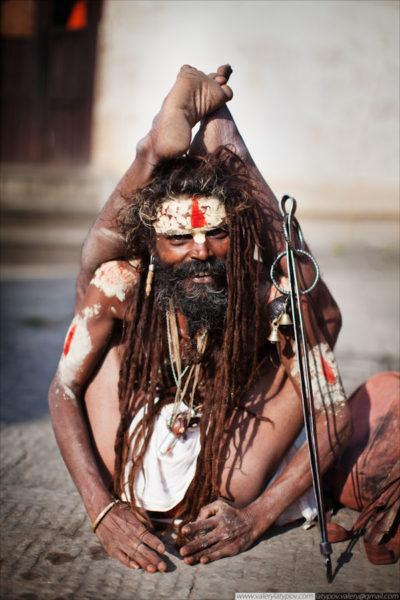 Наряду с тапасвинами в Индии всегда существовали и факиры, зарабатывающие деньги демонстрацией экзотических поз и необычных возможностей своего тела.