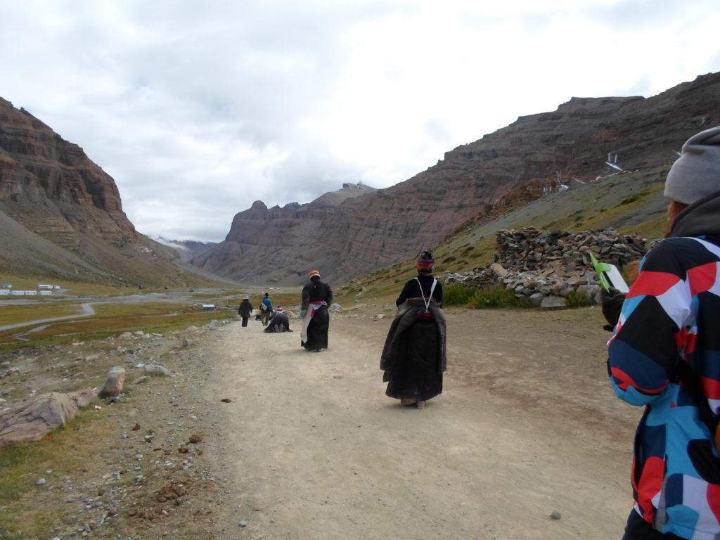 Тибетские паломники совершают простирания.