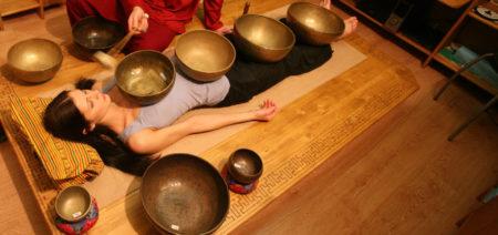 Сегодня популярны медитации с поющими чашами и целые музыкальные представления. Их используют для «открытия чакр», создания «связи с космосом», «лечения звуком».