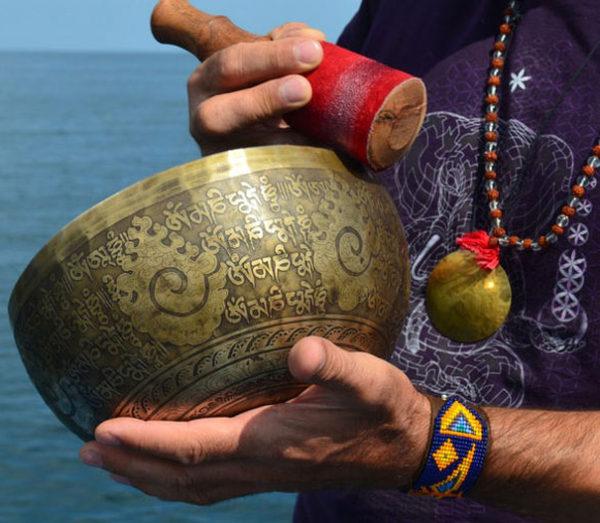 Тибетская поющая чаша – поистине чарующая вещь. Они красивы, их приятно держать в руках, а при умелом обращении они издают мелодичный, почти гипнотический, звук.